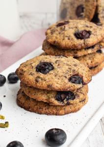 Leckere Cookies mit Beeren, Pistazien und Schokolade