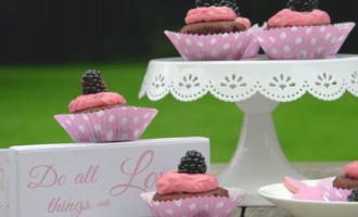 Cupcakes mit Topping aus Beeren