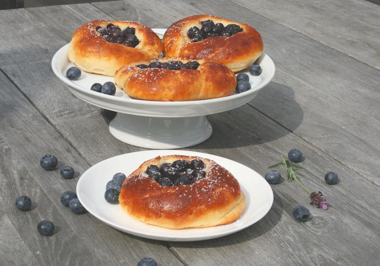 Schwedisches Brötchen mit Blaubeeren auf einem tisch