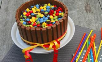 Torte für Kinder aus Schokolade und smarties