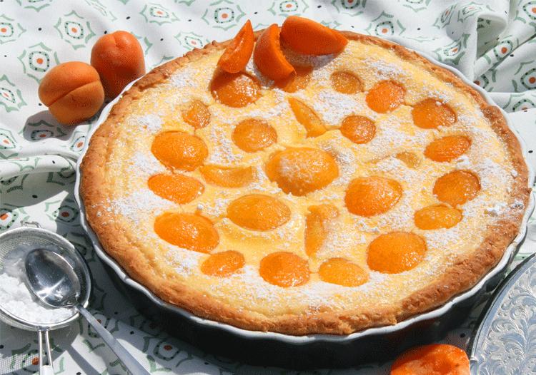 Traum aus Marzipan und Aprikosen als runder Kuchen
