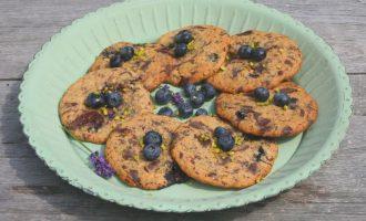 Cookies auf türkisem teller angerichtet