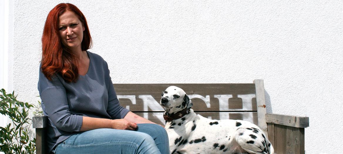 tina mit Dalmatiner auf Bank