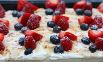 Rahmschnitte auf Backblech mit Früchten