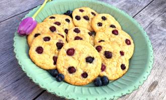 Cookies auf Teller mit blaubeeren und Schokolade
