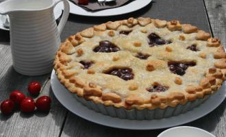 Kirschkuchen - Cherry Pie mit Herzmuster auf Kaffeetisch