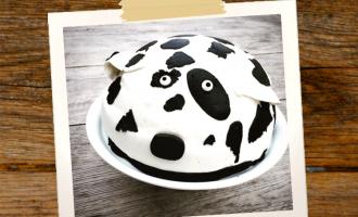Dalmatiner-Kuh-Torte auf Kuchenplatte mit Fuß