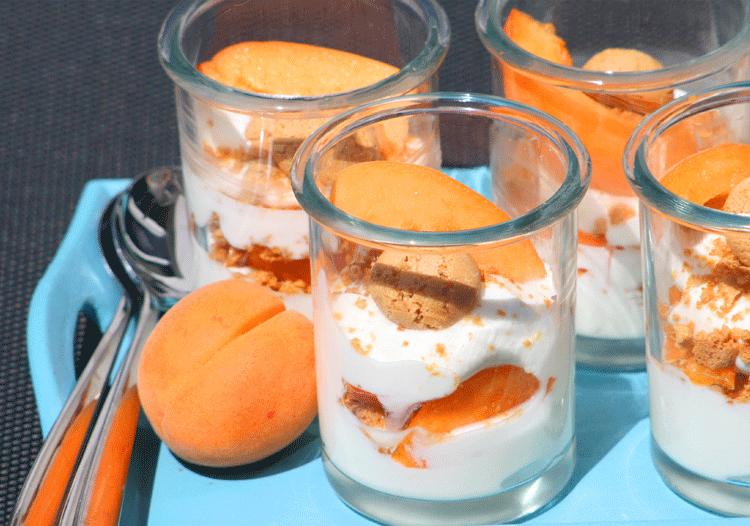 Dessert im Glas aus Aprikose und Quark