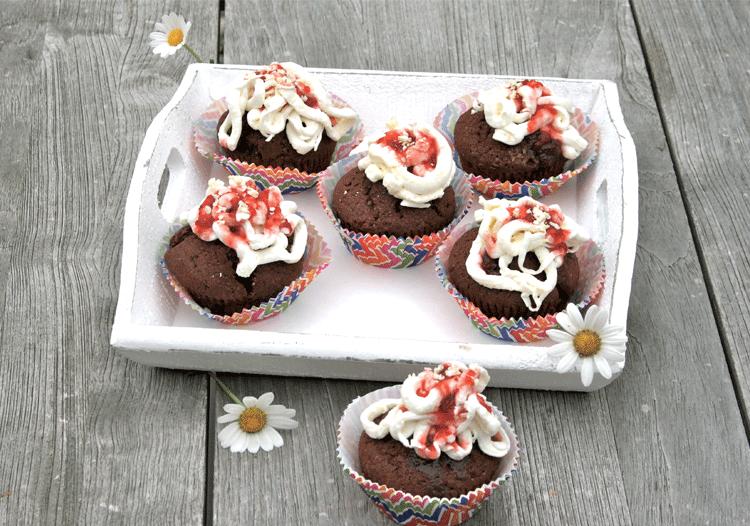 Spagetti-Cupcakes auf Teller