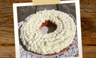 Kuchen mit Rhabarber und Sahnedekoration