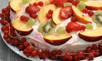 Torte mit Weincreme und als Topping Obst