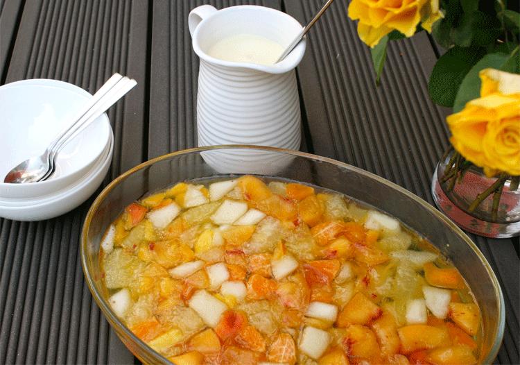 Erfrischende Fruchtgrütze mit Vanillesoße