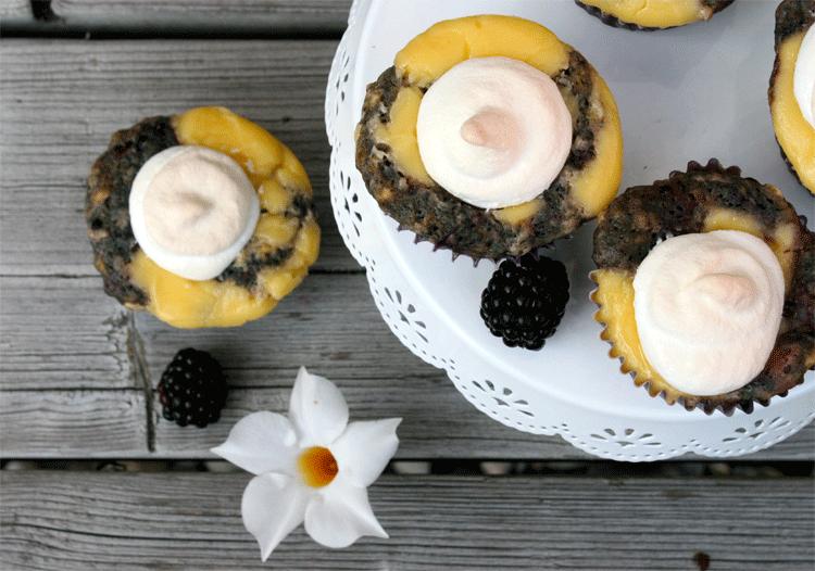 Brombeer-Baiser-Muffins mit Blume