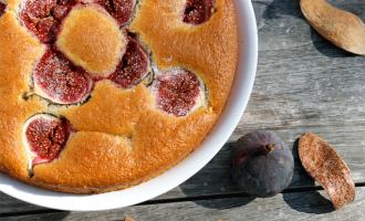 Feigenkuchen mit Herbstdeko