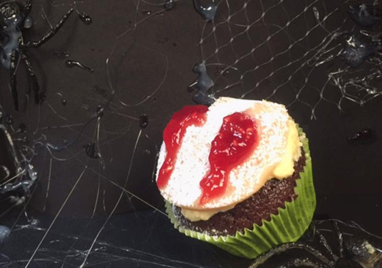 Schaurig schöne Vampir Cupcakes zu Halloween