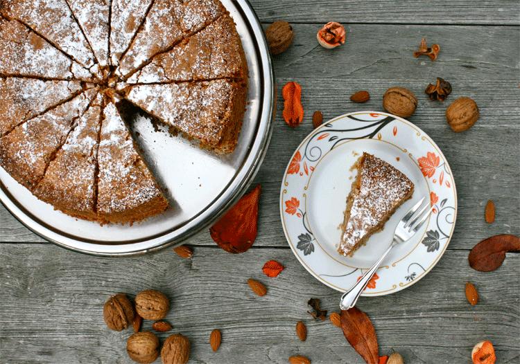 Amaretto Nusskuchen mit Herbstdekoration