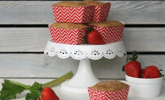 Muffins mit Erdbeeren und Rhabarber