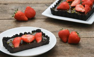 No Bake Schokladentarte mit Erdbeeren