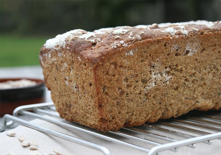 Möhrenkruste -Gesundes Brot mit Möhren und Sonnenblumenkernen