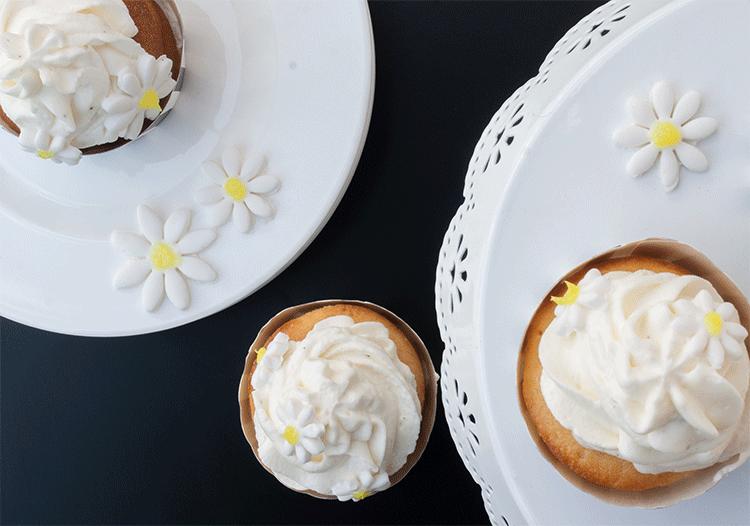 Lemon Curd versteckt in feinen Buttermilch Cupcakes