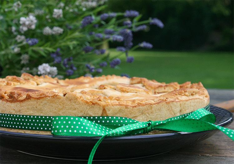 Typisch irisch - warmer gedeckter Apfelkuchen