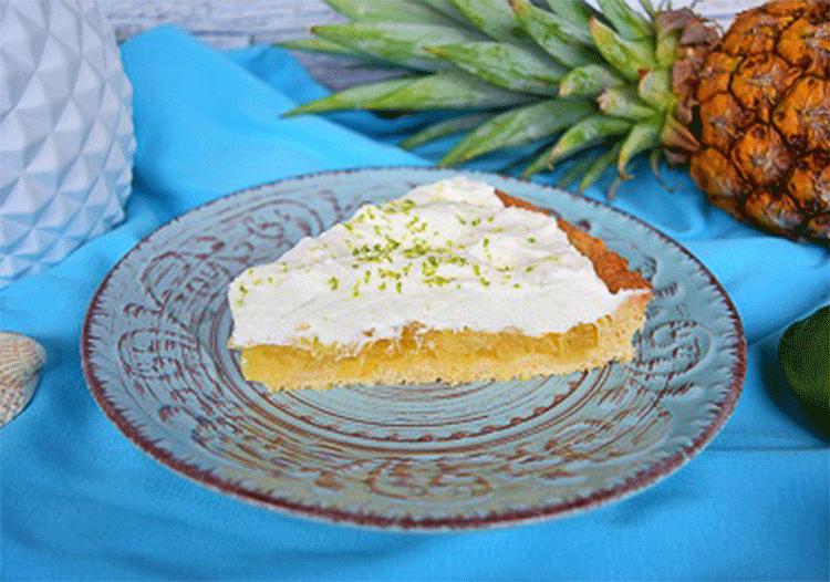 Ananas-Kuchen mit Puddingcreme und Limettensahne
