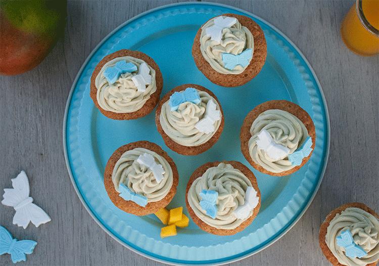 Cupcakes mit Mangos und grünem Tee-Topping von oben