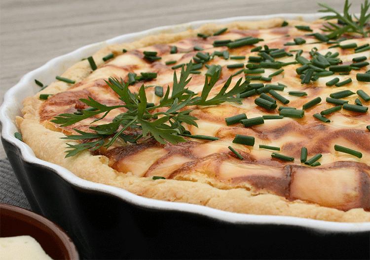 Herhaft gefüllt - Quiche mit Möhren und Kräuterquark