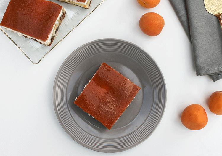 Blechkuchen mit Aprikosen und Creme