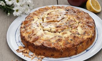 Schmeckt wie bei Oma - Apfel Rahm Kuchen mit Crème fraîche und gerösteten Mandelnstiften