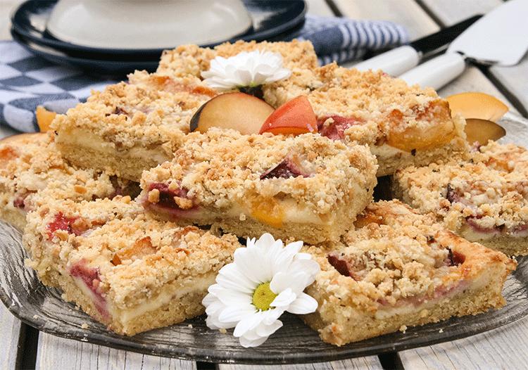 Blechkuchen mit gemischten Pflaumen und nussigen Streuseln