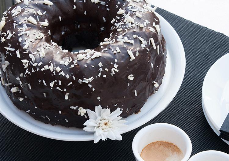 Marmor-Kirsch-Kuchen mit glänzender Schokoglasur
