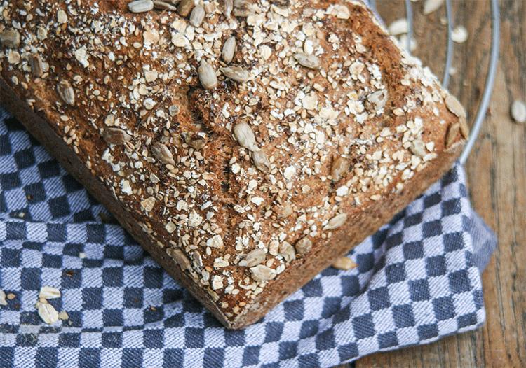 5-Minuten-Brot mit Haferflocken, Sesam, Weizenkleie, Sonnenblumenkernen