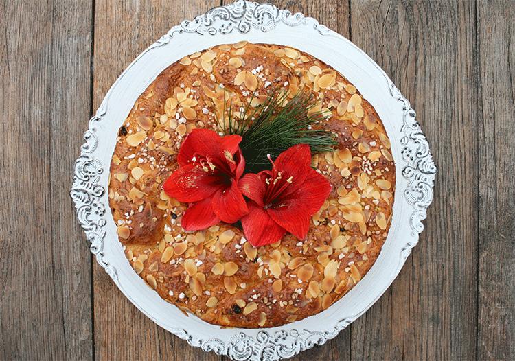 Hefe-Kranz mit weihnachtlichen Gewürzen , Mandeln und Korinthen