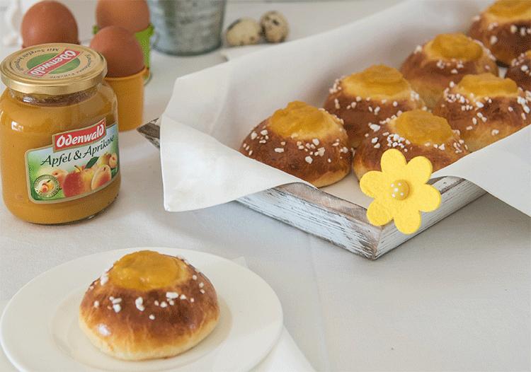 Süße Hefebrötchen mit Apfelmus-Füllung