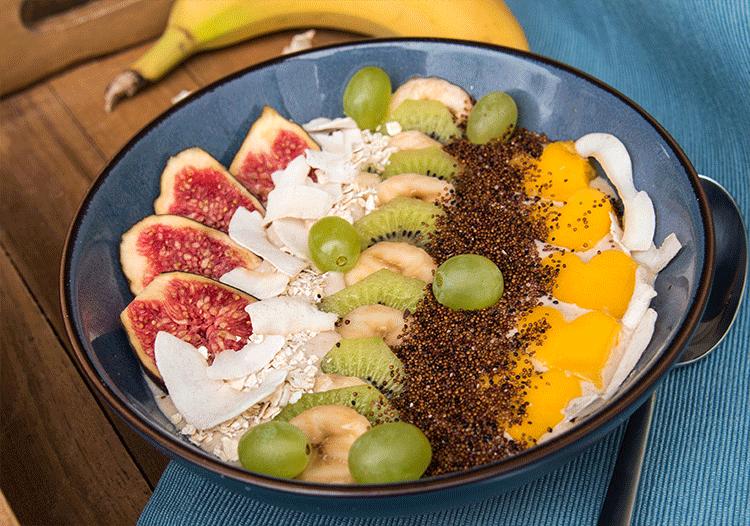 Smoothie Bowl mit Canihua, Hafermilch und vielen Früchten