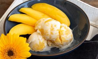 Selbstgemachtes Eis mit Mango