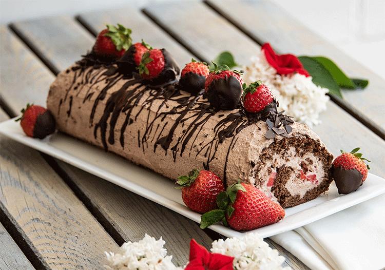Schokoladen Biskuitrolle mit Erdbeeren