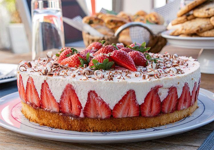 Joghurt-Torte mit frischen Erdbeeren