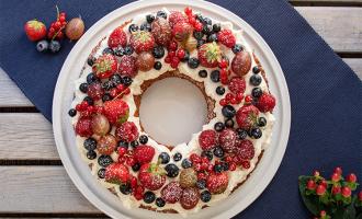 Saftiger Rührkuchen mit vielen Beeren