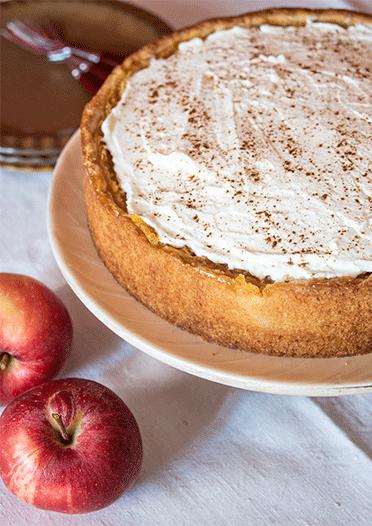 Mürbeteig mit Apfel-Pudding-Füllung und Zimtsahne