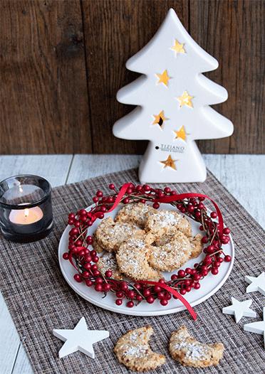 Saftige Kokos-Krokant-Monde weihnachtlich dekoriert