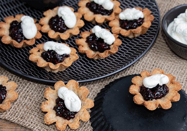 Kleine Mandelkuchen mit Glögg-Beeren und Zimtsahne