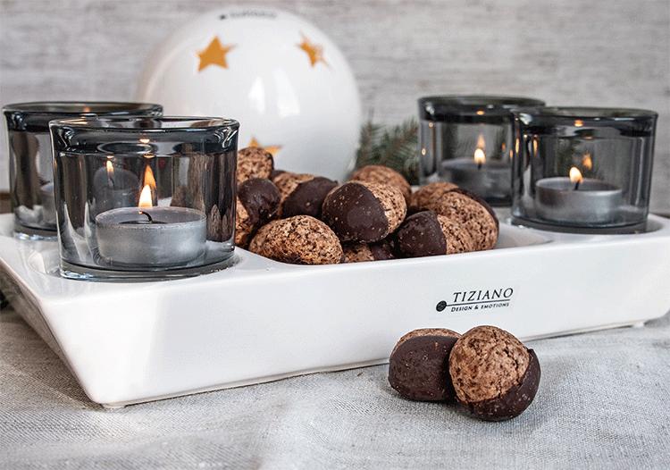 Schokoladen-Rum-Drops in weihnachtlicher Schale