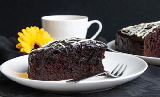 Saftiger Schokoladenkuchen mit Kakaopulver