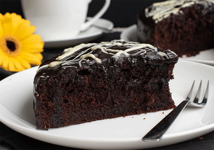 Anschnitt saftiger Schokoladenkuchen