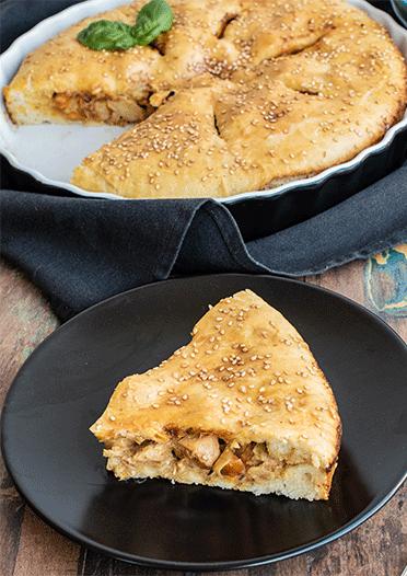 Herzhafter Kuchen mit Hähnchen, Lauch und Paprika
