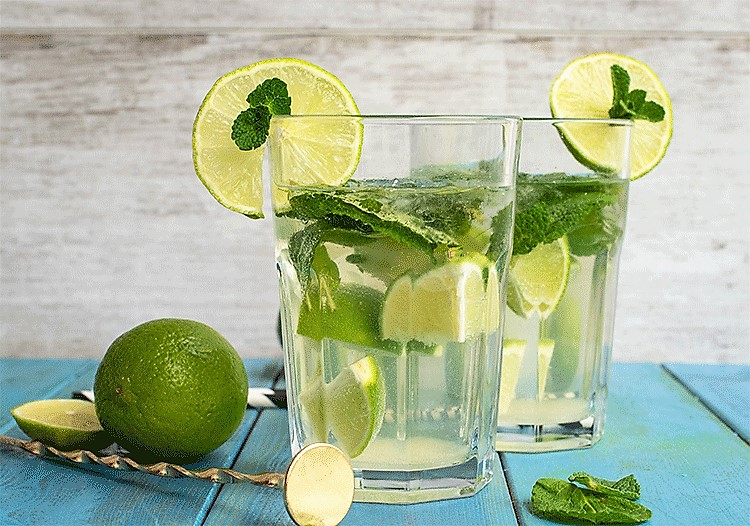 Cocktail mit Rum und Limetten - Mojito
