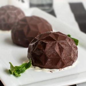 Eierlikör-Eis in Schokoladenhaube