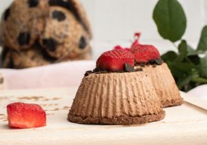Cremiger Schokomousse-Törtchen mit Erdbeeren zum Muttertag